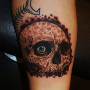 dödskalle tatuering hand